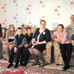 Слева направо: Настя (13 лет), Алёна (14  лет), Снежана (13 лет), Никита (11 лет), Никита (10 лет), мама Наталья Владимировна, Маша (12 лет), Настя (8 лет), папа Олег Владимирович