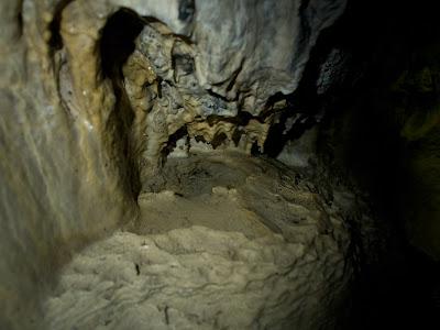 Petites concrecions dins la cova