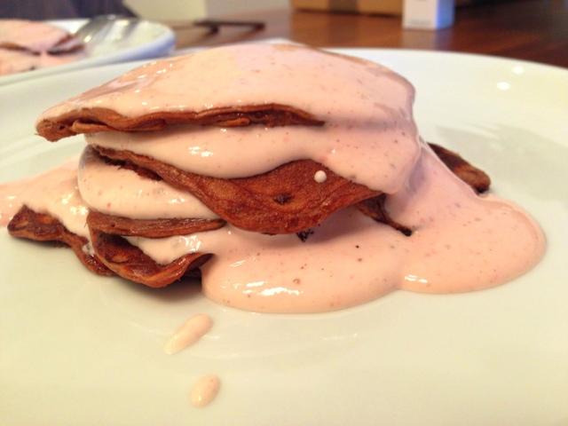 Čokoládové proteínové palacinky s ovocným tvarohom/ Chocolate protein pancakes with fruit quark
