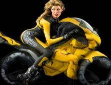 دراجة نارية مصنوع من الاجساد البشرية فقط