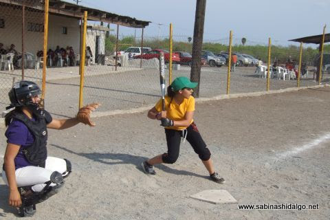 Diana Rentería de Chicas Sertoma en el softbol femenil del Club Sertoma