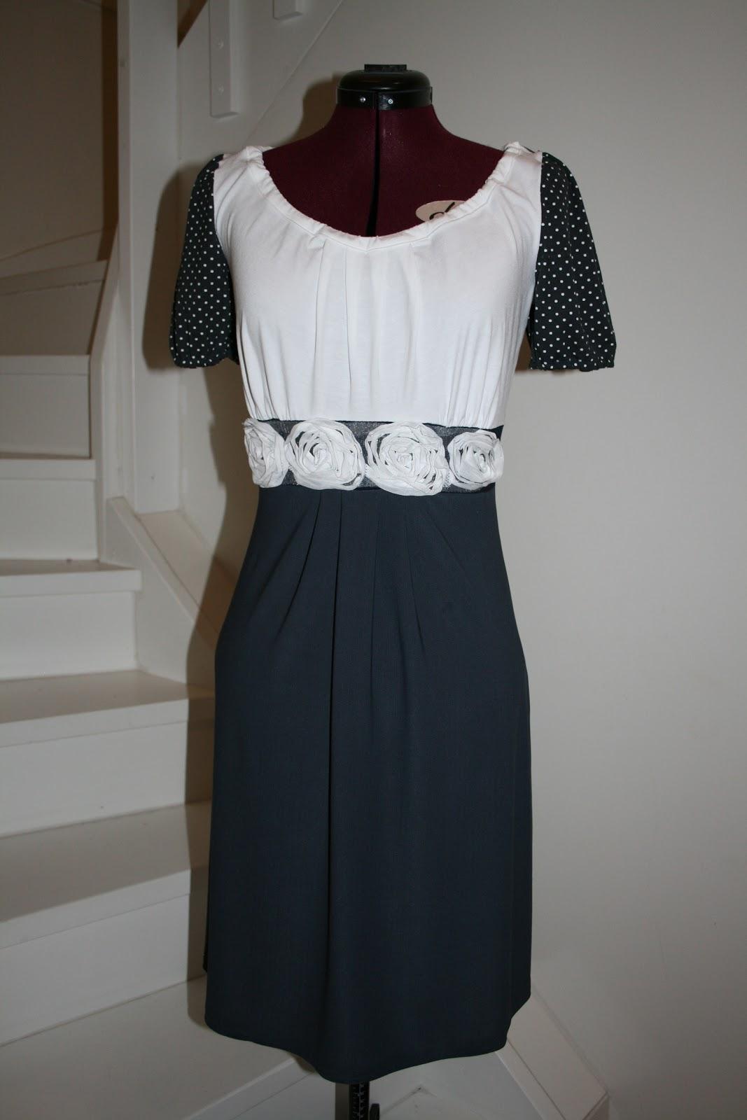 fa8e6404 Mørk blå og hvit kjole med hvite roser i livet. Toppen og ermene er i  jersey-stoff.