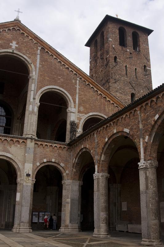 В Милане и начнем с древнейшей базилики Сант Амброджо