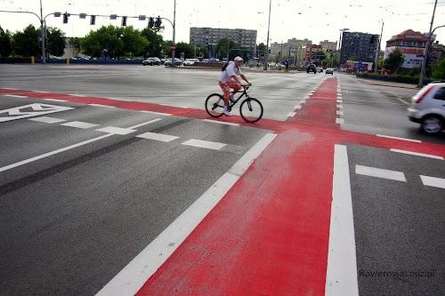 Plac Jana Pawła II. Świeżo wymalowane pasy ruchu dla rowerów - ale jak widać jest to rozwiązanie na tyle intuicyjne, że rowerzyści już z nich korzystają.