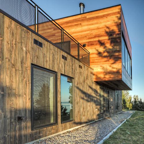 модерни, луксозни къщи съчетани с хълмистата, зелена природа на Квебек