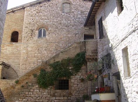 S.Eraclio:Casa Castellana con erbacce
