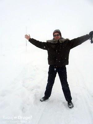 Maciej pokazuje piękny widok na Śnieżkę