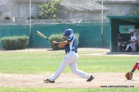 Aarón García bateando por Tiburones en el beisbol municipal