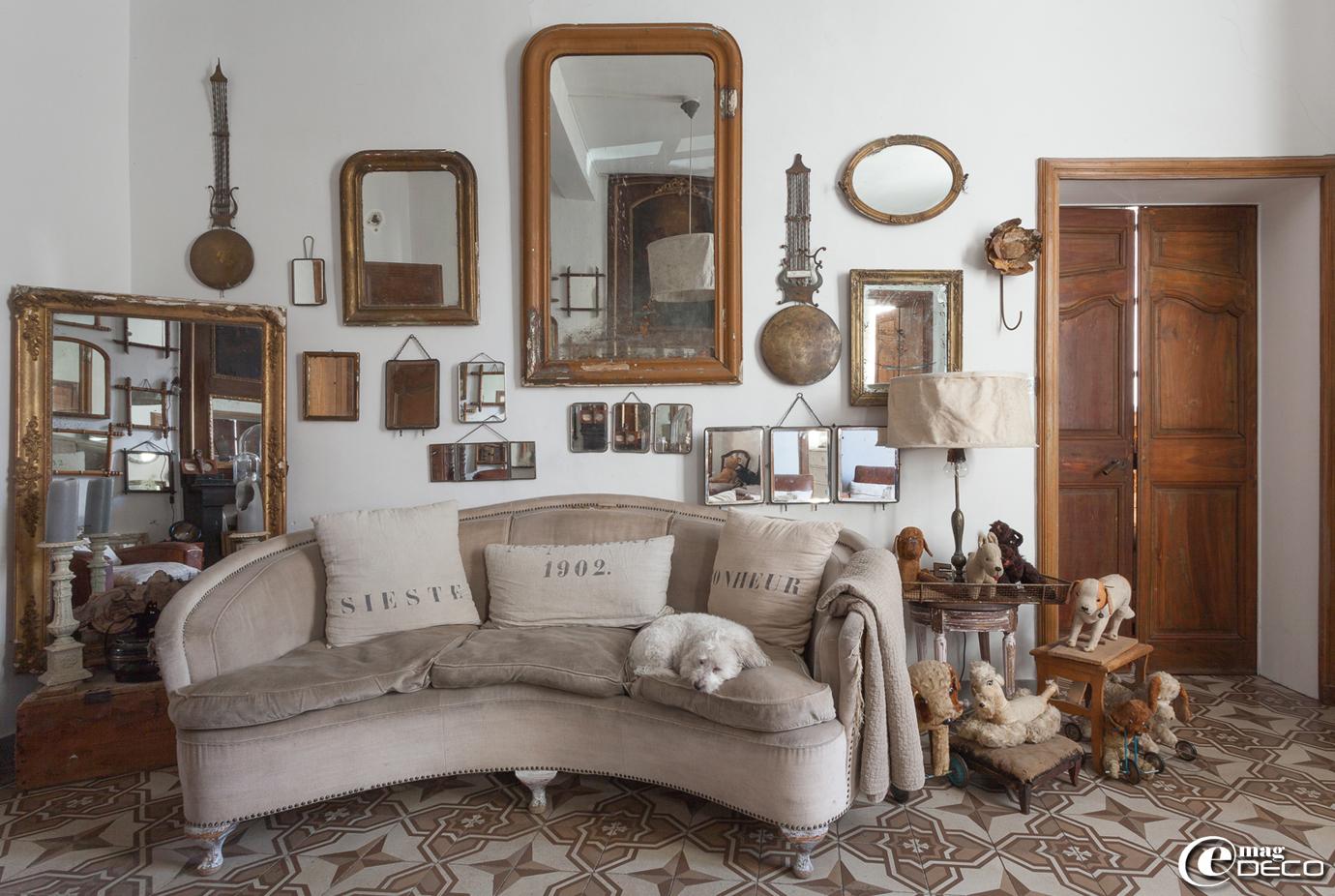 Coussins en lin 'Florence Bouvier', coussin confectionné à partir d'un ancien sac à grains, collection de chiens en peluche et de miroirs de barbier