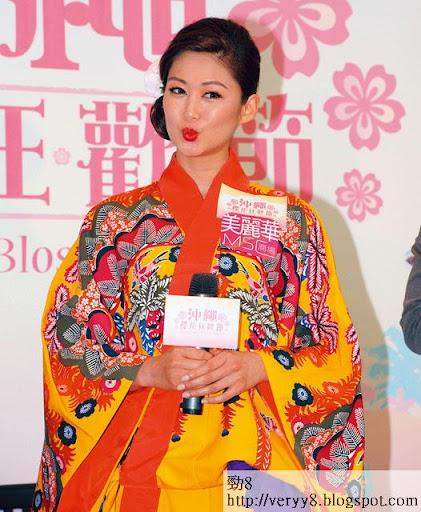 和服 look嘴木木,香香呢個日本娃娃本來都幾卡娃 E,點知成耳屎,乜胃口都冇曬。