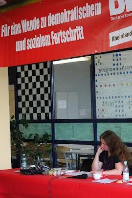 Motto auf rotem Transparent: »Für eine Wende zu demokratischem und sozialem Fortschritt. DKP Rheinland...«.