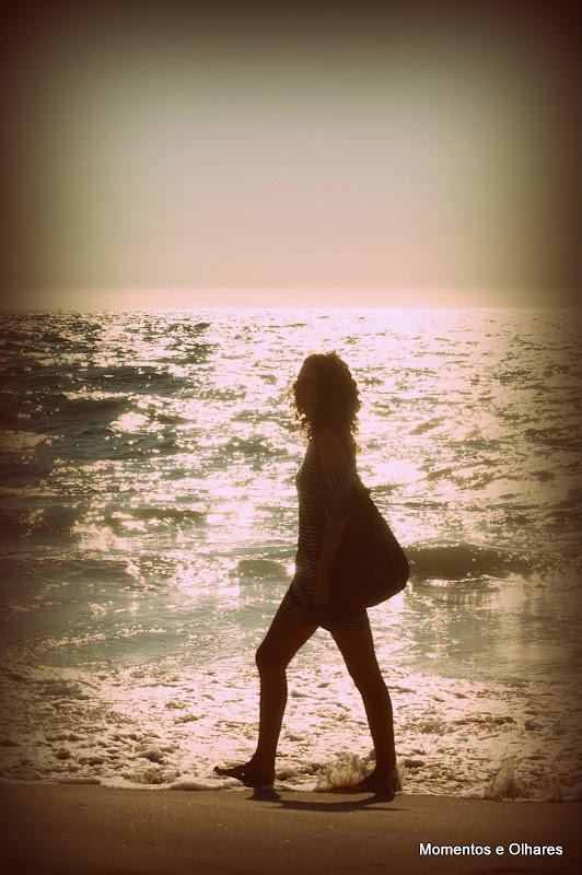 Mulher passeia na praia