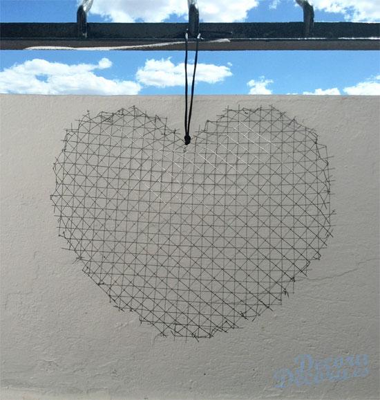 Corazón decorativo con malla metálica.