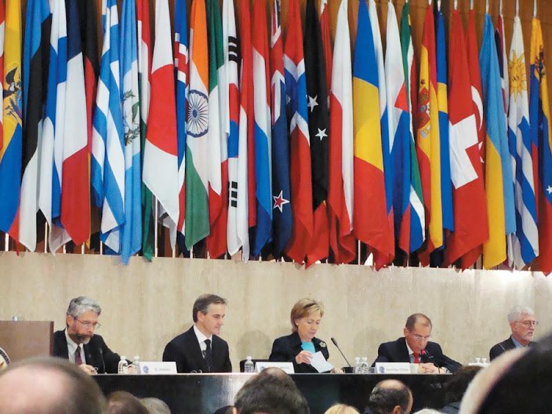 각국 깃발을 뒤로 한 회의 모습