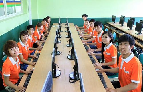 Sinh viên FPT Polytechnic thực hành máy tính cấu hình cao