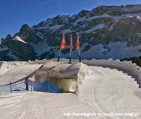 na zdjeciu zamek ze śniegu na trasie narciarskiej