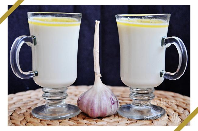 Ciepłe mleko z masłem, czosnkiem i miodem