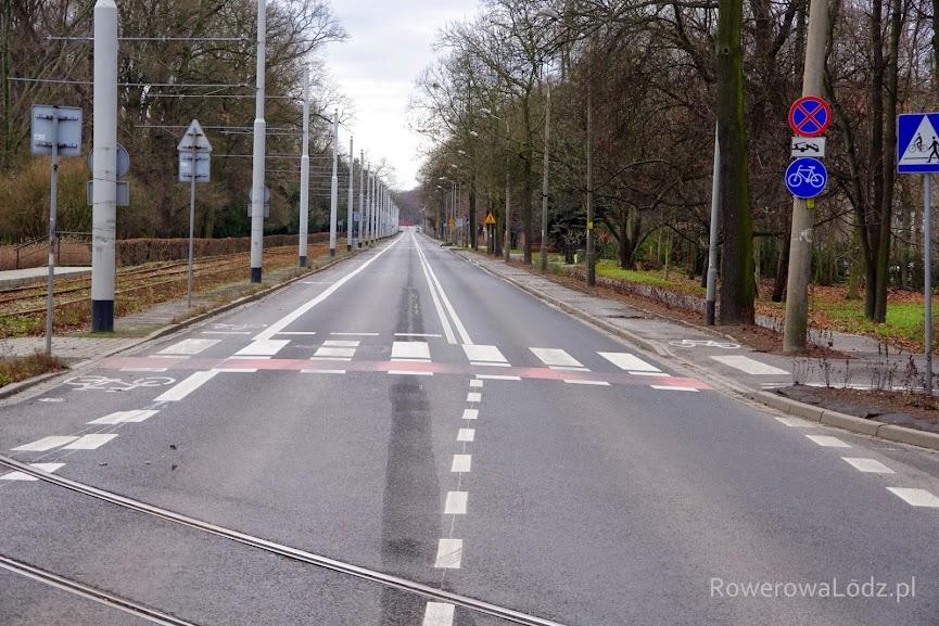 Po prawej jednokierunkowa droga dla rowerów. Po lewej jednokierunkowy pas ruchu dla rowerów.