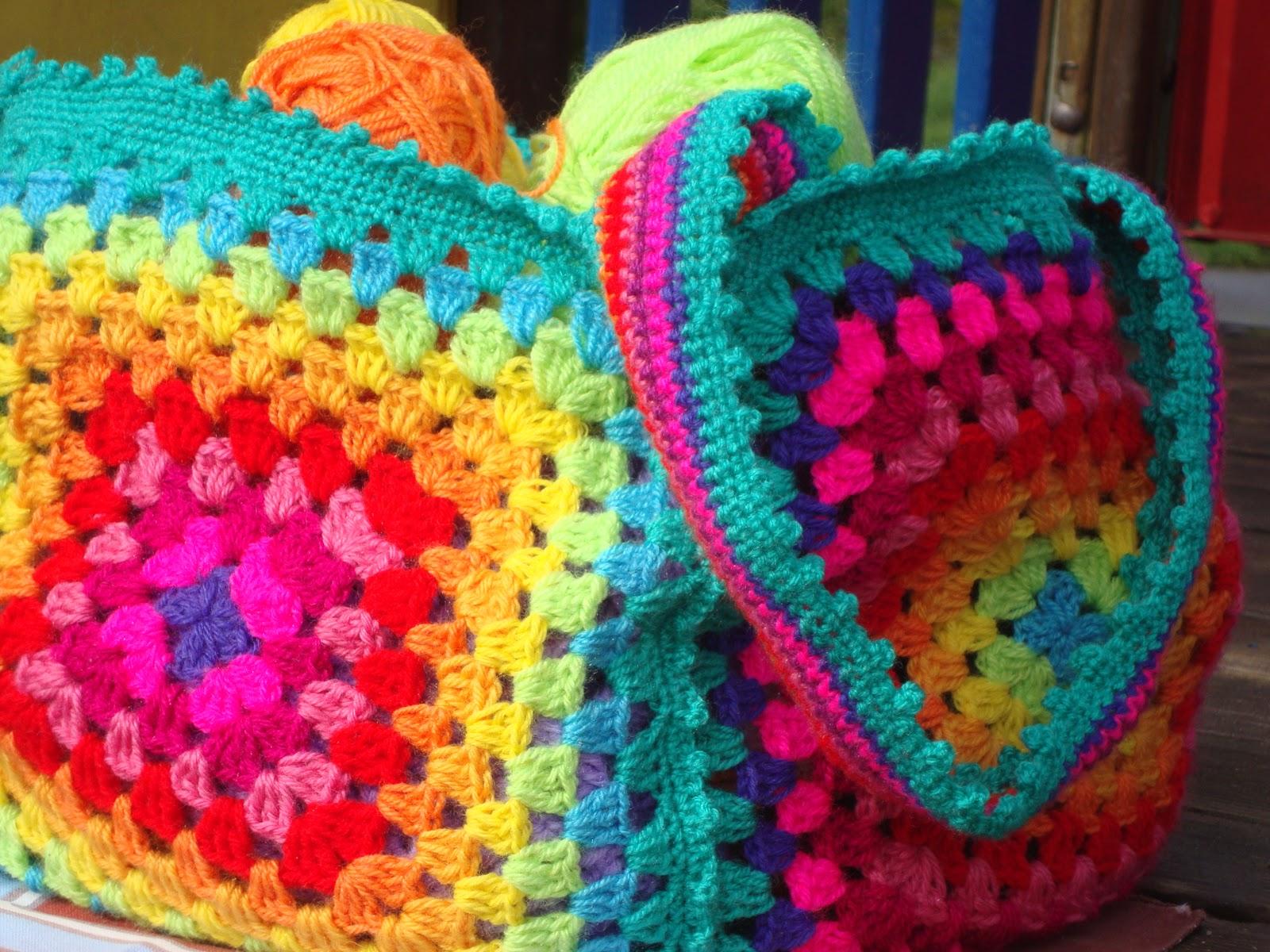 Le fragole di stoffa borsa arcobaleno di lana all 39 uncinetto con schema for Schemi borse uncinetto