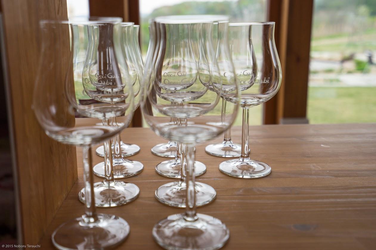 ワイングラス越しに広がるグリーンガーデン