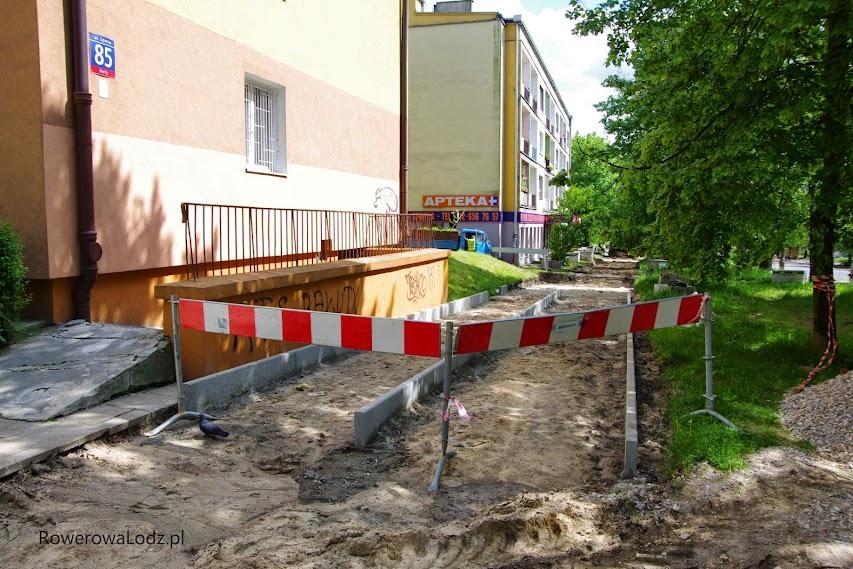 Już widać przyszły podział pomiędzy chodnik a drogę dla rowerów.
