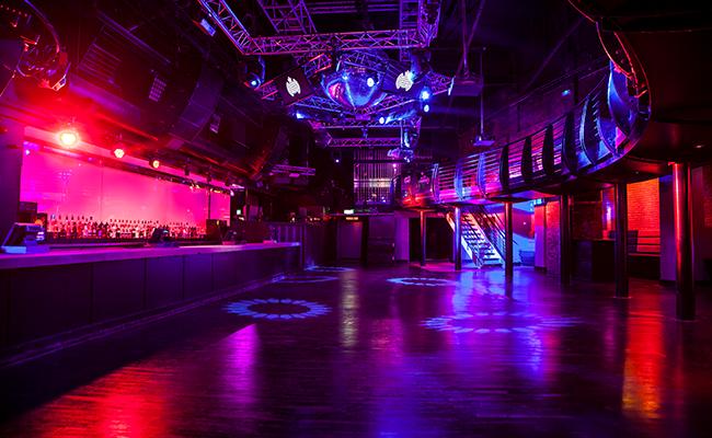 Pista de baile en club Ministry of Sound con equipo de sonido Martin Audio