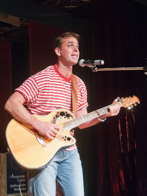 Von Männern im Baumarkt und dem Auggener Factory Outlet sang Dirk Rappold.