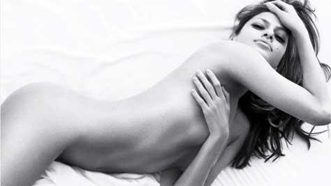 Eva Mendes, desnuda en la cama