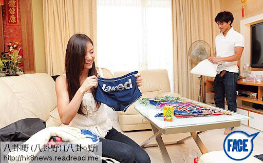 女摺泳褲 <br><br>平日二人大多留在宿舍溫習,但每逢週末都會一起回家跟家人吃飯。