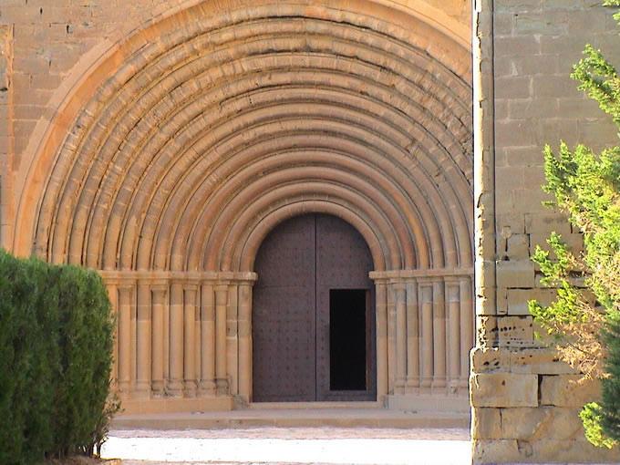 Portada del monasterio de Sigena con sus trece arcos.