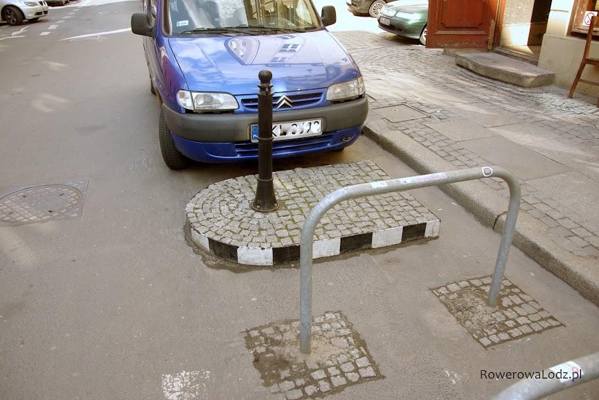 Parking dla rowerów oddziela specjalna wysepka.