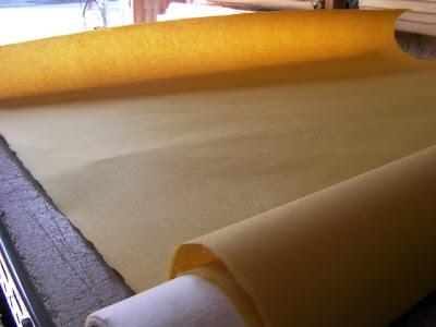 縦約2450×横約1100mmの大きさで漉く、空間演出用の原料をカラシ色に着色した一枚ものの手漉き和紙