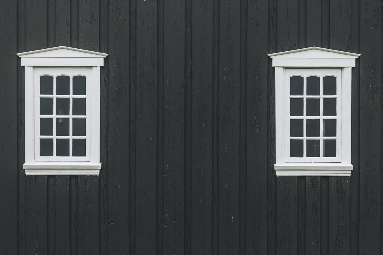 Juodas medinis fasadas