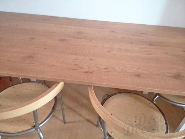 Mesa con tableros y patas.