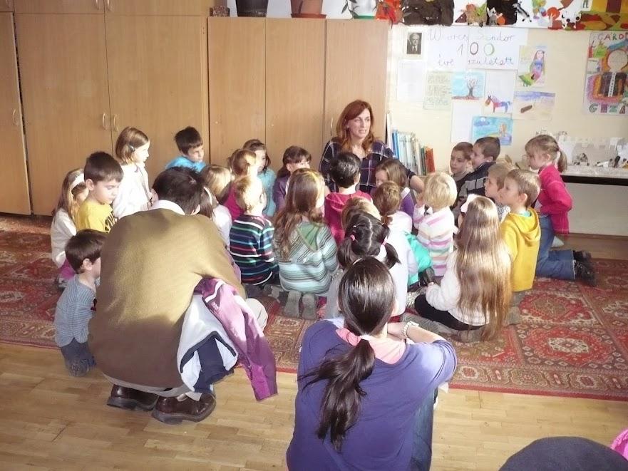 Gyöngyi néni a gyerekekkel