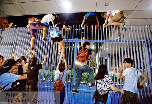 部分參與學聯罷課集會的示威者,昨晚攀越圍欄進入公民廣場。(梁偉榮攝)