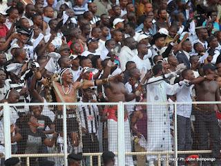 Des supporteurs du TP. Mazembe le 15/04/2012 au stade des Martyrs à Kinshasa, lors du match contre l'AS-V. Club ; Score : 2-2. Radio Okapi/ Ph. John Bompengo