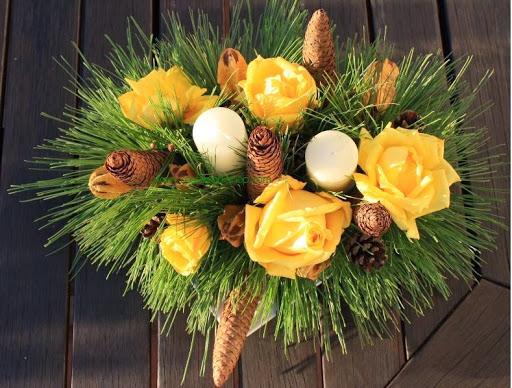 1 kerststukje gele rozen denneappels w.jpg