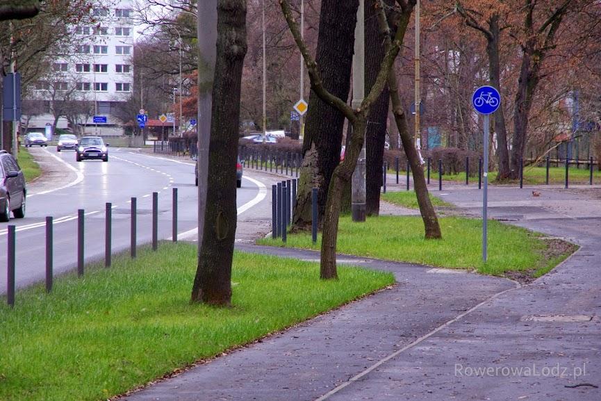 Droga dla rowerów przechodzi w pas ruchu dla rowerów. Znaki drogowe odpowiednio mniejsze do prędkości z jaka jeżdżą rowerzyści.