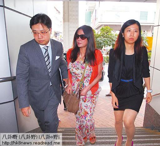 榮文蔚(中)有律師團隊撐腰,今年 7月就由律師陪同下到旺角警署報到,之後她就從未現身法庭。《蘋果日報》圖片