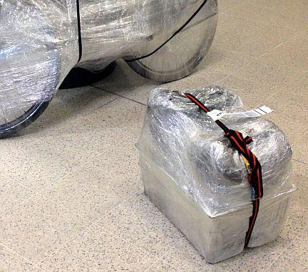 Fahrrad und Fahrradkorb mit Ortlieb-Taschen eingepackt in Klarsichtfolie, Airport Edinburgh