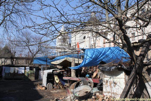 """""""Пахнючий"""" дворик на вул. Драгоманова"""