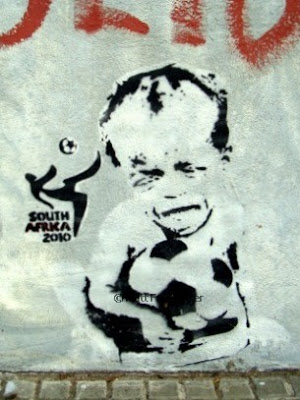world cup stencil graffiti south africa 2010 starvation in africa buenosairesstreetart.com