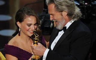 Jeff Bridges entrega Oscar de Melhor Atriz para Natalie Portman