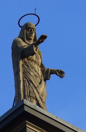 La statua della Vergine benedicente San Donà sul timpano del Duomo