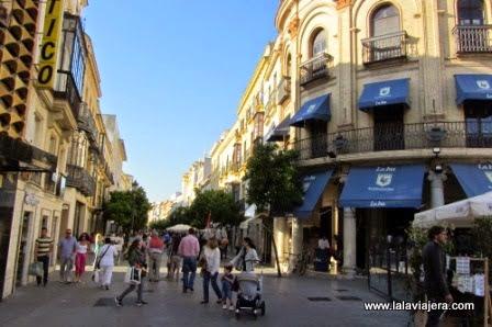 La peatonal y bulliciosa Calle Larga de Jerez, repleta de tiendas