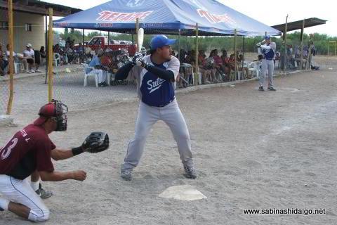 Carlos Galván bateando por SUTERM en el softbol del Club Sertoma