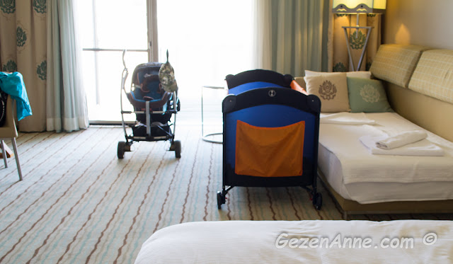 Hilton Dalaman'ın deluxe odalarının içi ve bebek ve çocuk yatağımız