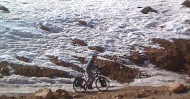 Chris on the Bike und Schneereste: von der Dades- in die Todra-Schlucht, Atlas-Gebirge, Marokko