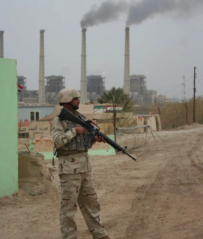 Irak - Página 2 Guarding+baiji+power+station+and+refinery+complex